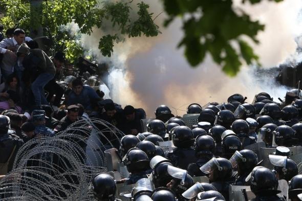 Komşuda hareketlenme: Göstericiler yolları kapattı!