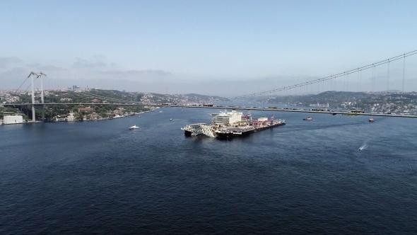Dünyanın en büyük inşaat gemisinin Boğaz'dan geçişi havadan görüntülendi