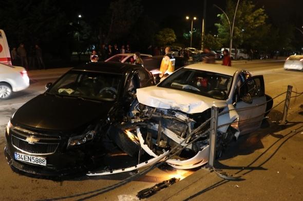 3 otomobilin karıştığı kazada savrulan otomobil tren yoluna girdi