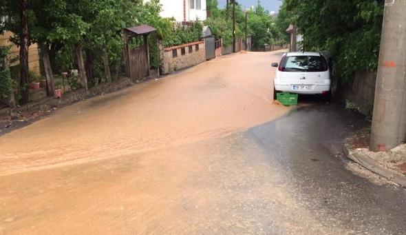 Aniden bastırdı, şehir sular altında kaldı! ARAÇLARI BİLE ÖNÜNE KATTI…