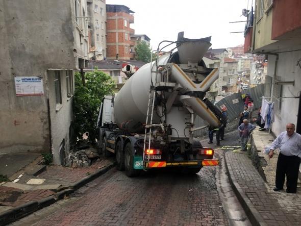 Kağıthane'de yokuş aşağıya kayan beton mikseri evin duvarına çarptı