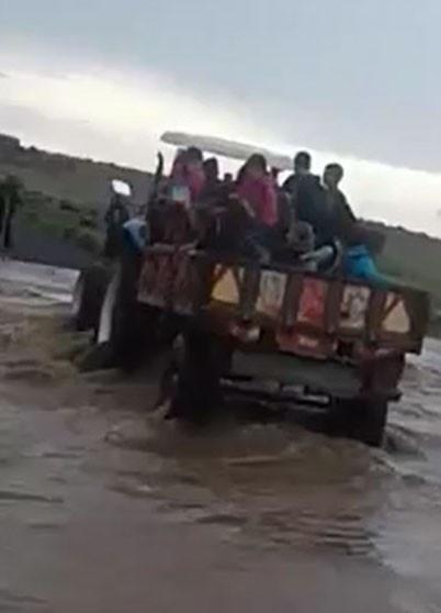 Sel nedeniyle öğrenciler mahsur kaldı