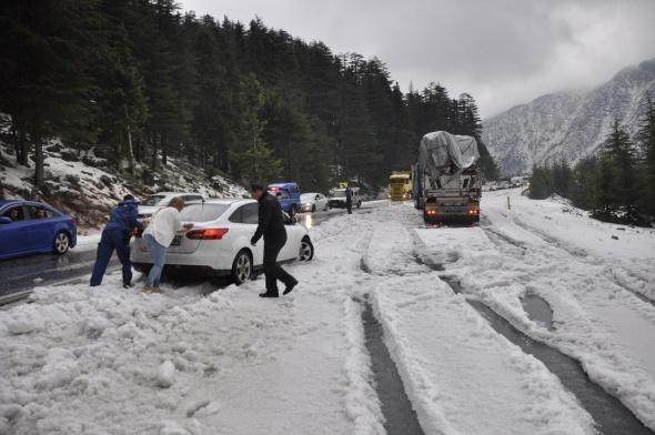 Kar yağışı bir anda bastırdı. Araçlar yollarda mahsur kaldı...