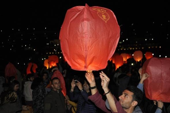 Diyarbakır'da gökyüzü dilek balonlarıyla aydınlandı