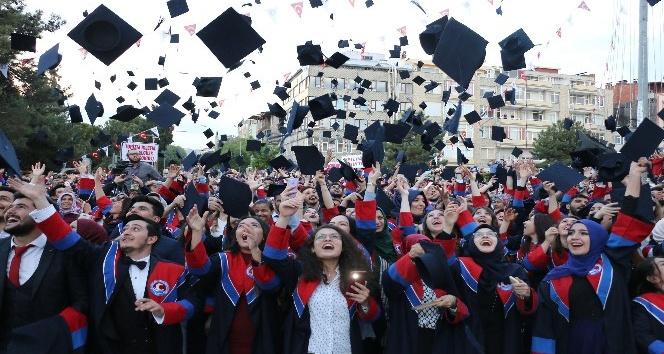 MAKÜ'de mezuniyet coşkusu