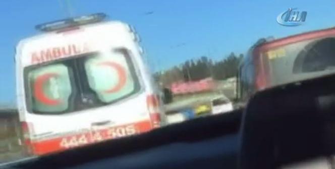 E-5'te dehşet anları! Ambulansa böyle makas attı