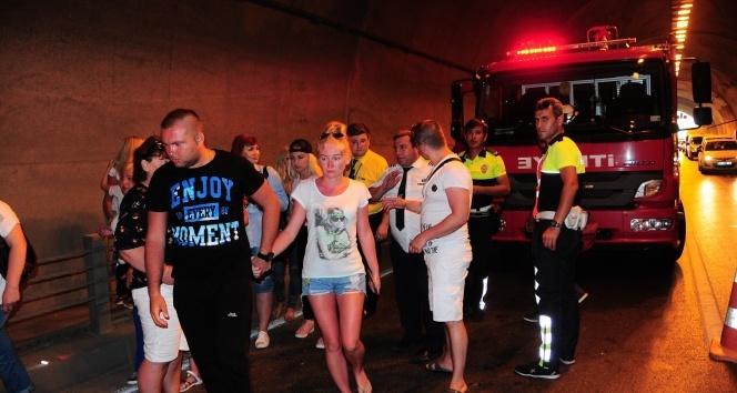 Tünelde korkunç kaza: Turistler ölümden döndü