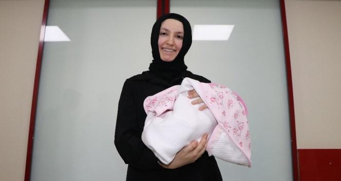 Parmak bebek Hatice Büşra yaşama tutundu
