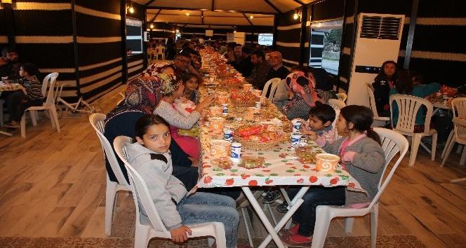 Midyat'ta ilk kez kurulan iftar çadırında bin kişi oruç açtı