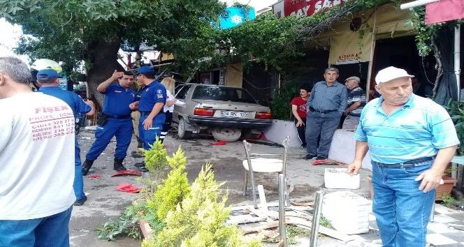 Otomobil kahvehaneye girdi: 1 ölü