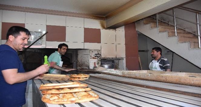 250-300 derecelik fırın önünde zorlu ekmek mesaisi