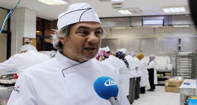 Beyoğlu'nda Aşevi kazanları iftar sofrası kuramayanlar için kaynıyor