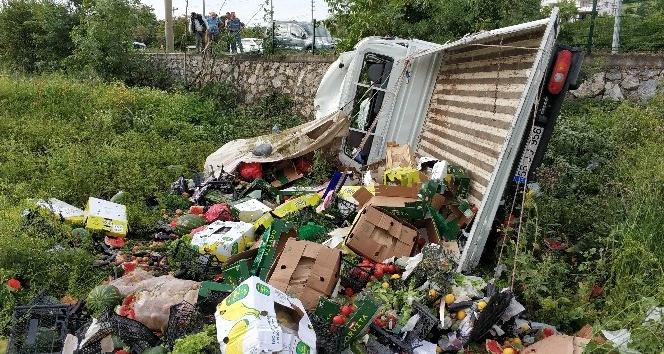 Samsun'da meyve-sebze yüklü kamyonet şarampole yuvarlandı: 2 yaralı