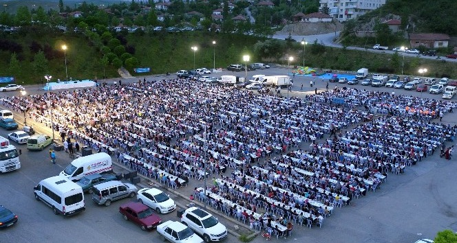 Mamak'ta dev iftar sofralarının ilki Yeşilbayır Mahallesi'nde kuruldu