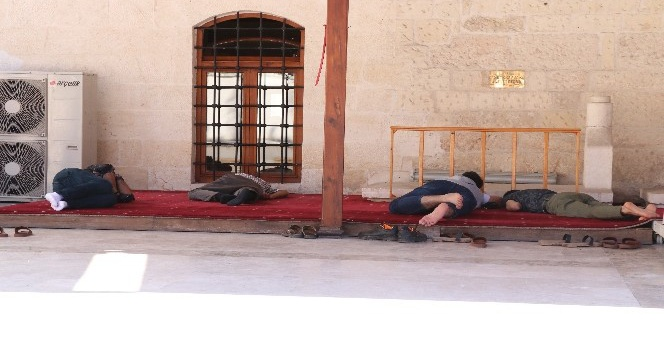 Sıcaktan bunalan oruçlular cami avlularında uyuyarak iftarı bekliyor