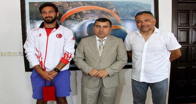 İşitme Engelliler Tenis Türkiye Şampiyonu, Kaymakam'ı ziyaret etti