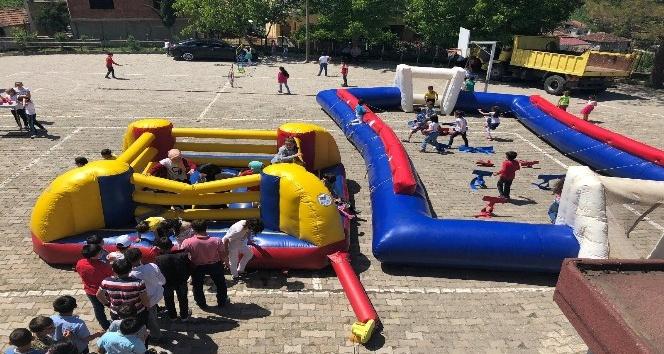 Çocuklar eğlenerek spor yapıyor