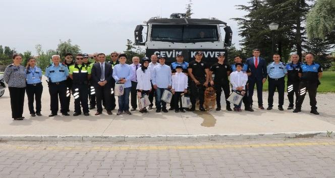 Minikler polis ağabeylerini ziyaret etti