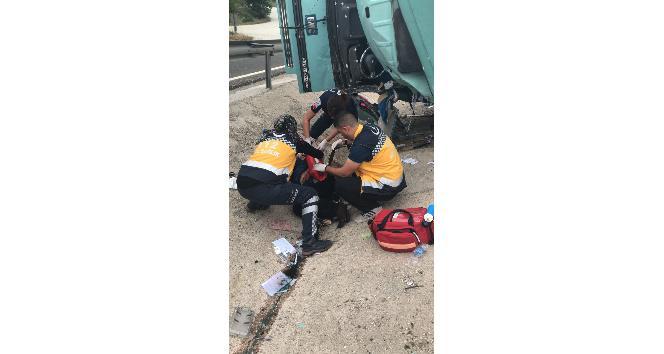 Bilecik'te plastik malzeme yüklü kamyon devrildi, sürücü ağır yaralandı