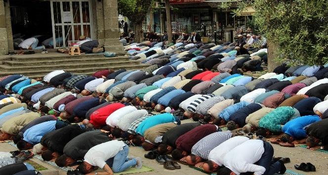 Ramazan'ın ilk cumasında cami ve sokaklar doldu taştı