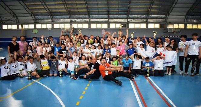 Yüzlerce öğrencinin badminton heyecanı