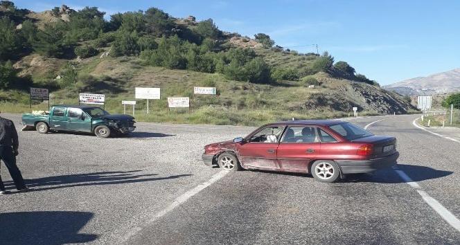 Otomobille kamyonet çarpıştı: 2 Yaralı