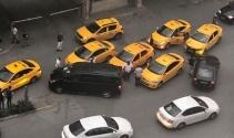 İstanbulda taksiciler UBER aracına saldırdı