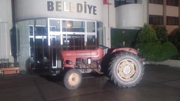 Manisa'da ilginç olay! Alkollü muhtar traktör ile...
