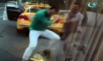 Taksici ile minibüsçünün yumruk yumruğa kavgası kamerada