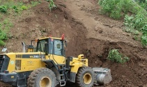 Tonlarca toprak yola indi, ağaçlar kökünden söküldü