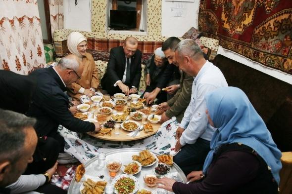 Evinde iftar açtığı kişi bakın kim çıktı? Sosyal medya hesabından duyurdu…