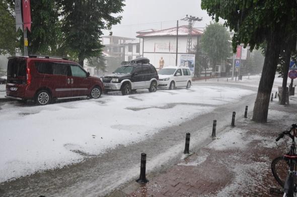 15 dakika süren dolu yağışı kenti beyaza bürüdü