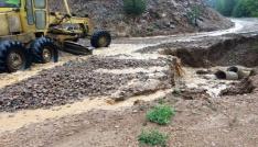 Gümüşhanede şiddetli yağmur ve dolu köy yollarına zarar verdi