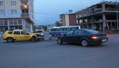 Ardahanda ticari taksi ile otomobil çarpıştı: 5 yaralı