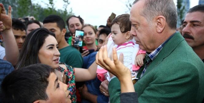 Cumhurbaşkanı Erdoğan, Zeytinburnu sahilde vatandaşlarla sohbet etti