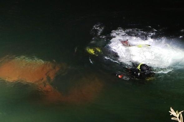 Gece yarısı feci kaza: Baba ve oğlunun bulunduğu otomobil nehre uçtu