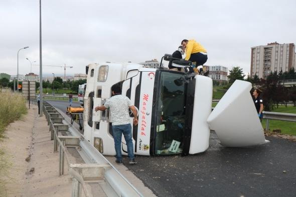 TEM'de hafriyat kamyonu devrildi: 1 yaralı