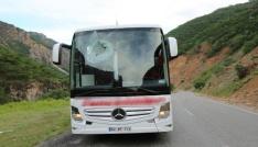Kaya parçası otobüsün camından girip çıktı: 1 yaralı