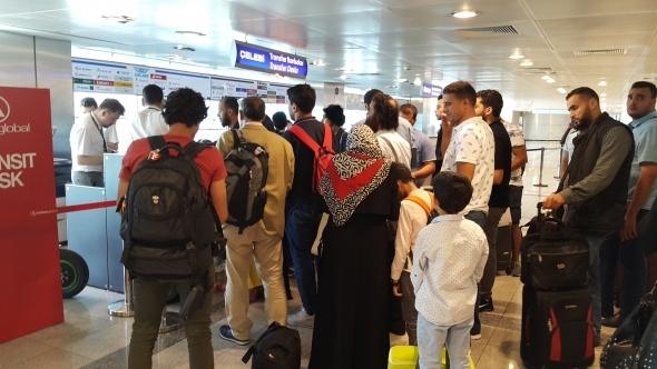 Havalimanında ilginç olay! Yolcular uçaktan inmek istemeyince...