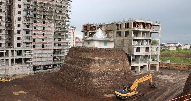 Türbe olduğu iddiasıyla yıkılamayan yapı inşaatların ortasında kaldı