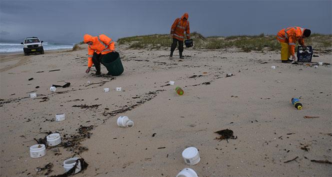 Avustralyada konteyner yüzünden kıyıya atıklar vurdu