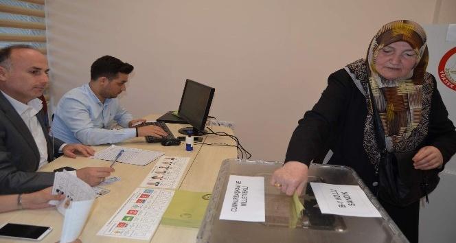 Doğu Karadenizli gurbetçiler Trabzon Havalimanı'nda oy kullanmaya başladı