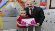 Vali Varol köy okulunda karne dağıttı