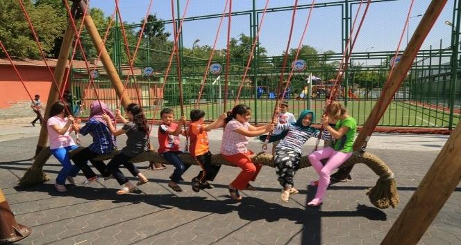 Melikgazi'de Parklar Çocukları Bekliyor
