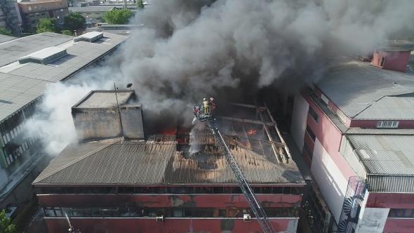 İş merkezindeki yangın havadan görüntülendi