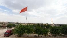 Artuklu Belediyesi Ortaköye dev Türk bayrağı astı
