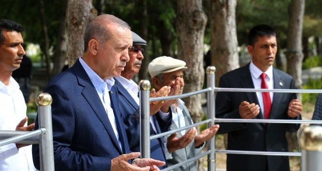 Cumhurbaşkanı Erdoğan, Ömer Halisdemir'in mezarını ziyaret etti