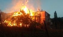İki katlı ahşap bina cayır cayır yandı