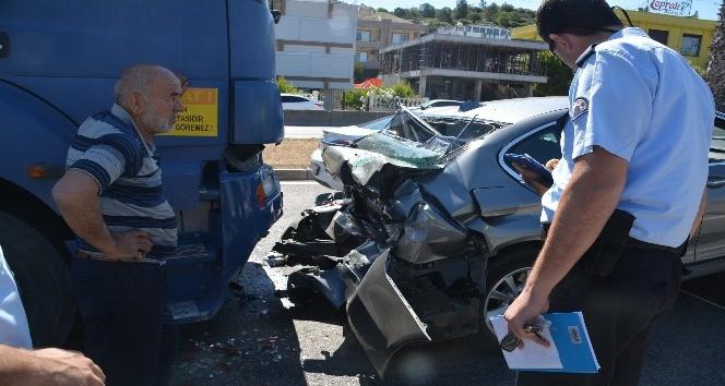 İzmir'de kamyon ile otomobil çarpıştı: 3 yaralı