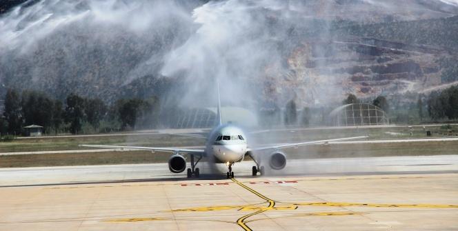 Ve ilk uçak Türkiye'ye geldi! Sürpriz karşılama...